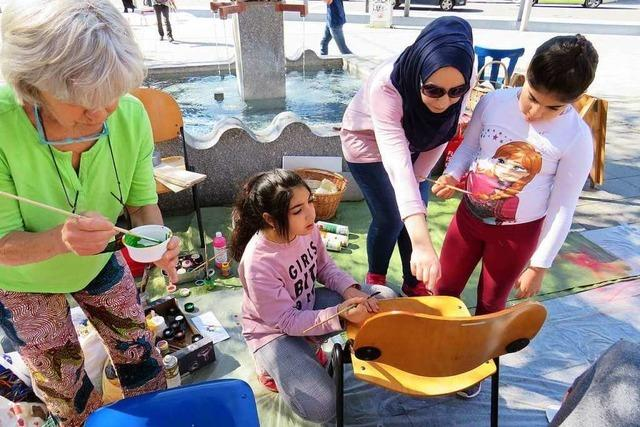 Auf dem Oberrheinplatz in Rheinfelden wurden Asylstühle bemalt