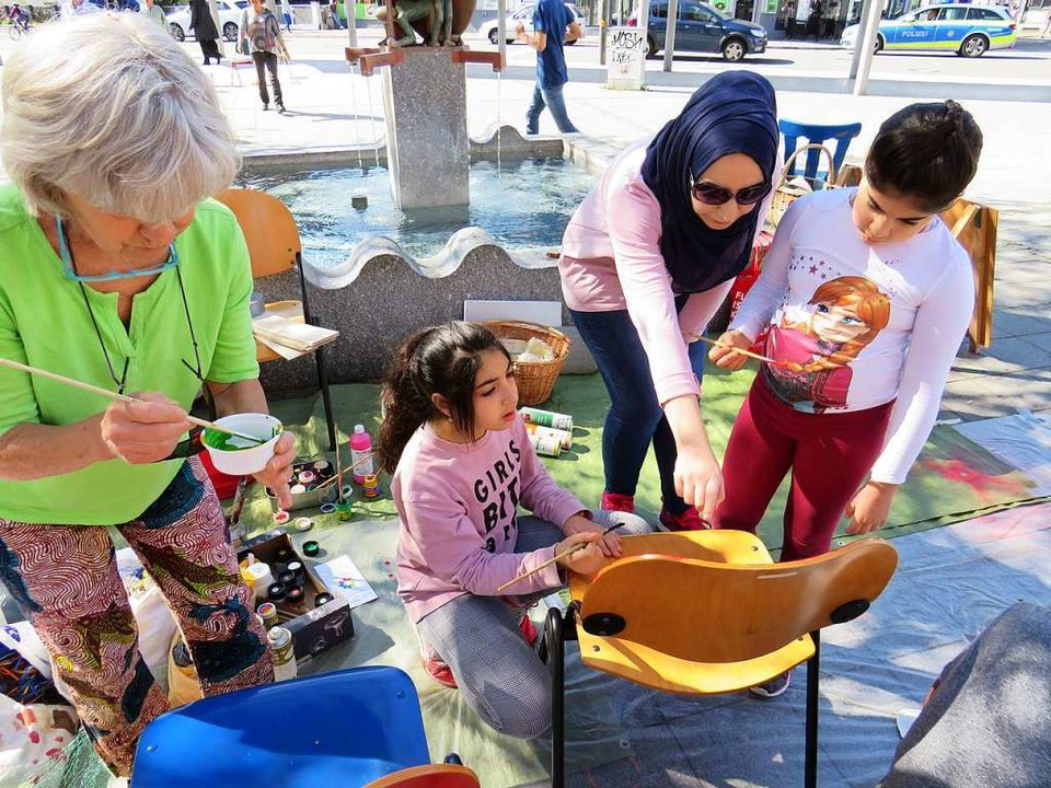 Bunte Vielfalt zeigte sich am Samstag ...rrheinplatz bei der Aktion Asylstühle.  | Foto: Claudia Gempp
