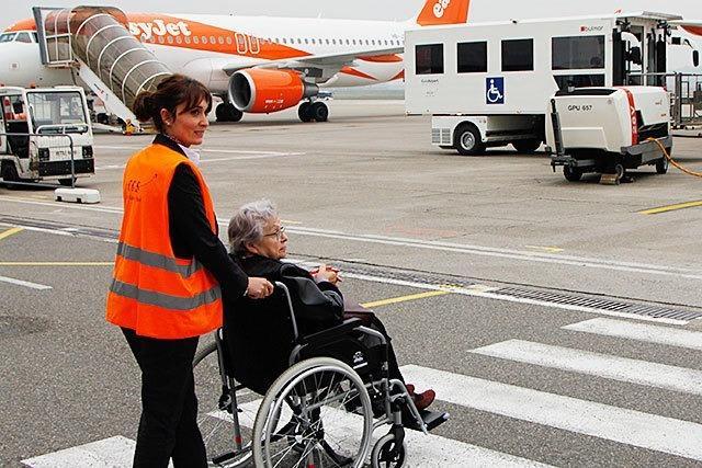 Euroairport hilft Menschen, die nicht gut laufen können