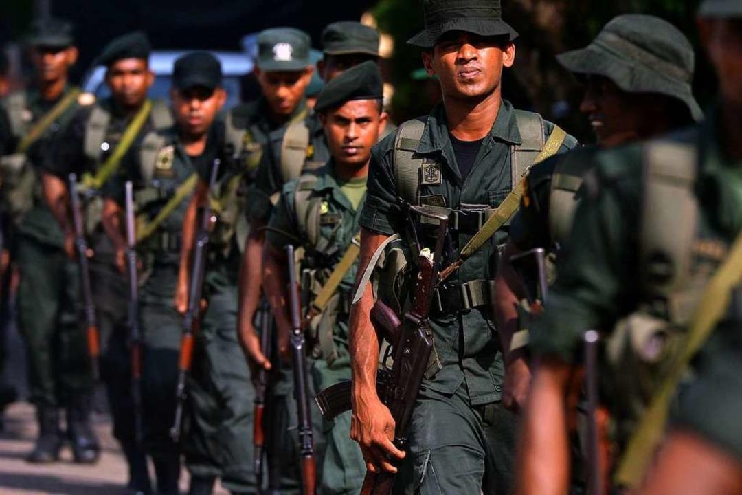 Soldaten vor einer der Kirchen in Sri ...ns Visier der Terroristen geraten war.  | Foto: AFP
