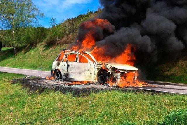 Auto auf B294 völlig aus gebrannt – weil der Tank erhitzt war