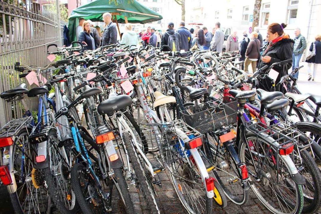 Für Preise zwischen zwei und 83 Euro g...e Fahrräder bei der Versteigerung weg.  | Foto: Anja Bertsch