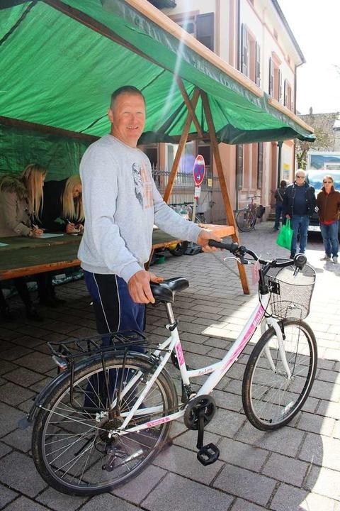 Auftrag erledigt: BZ-Mitarbeiterin Anja Bertsch hat das Damenrad ersteigert.  | Foto: Anja Bertsch