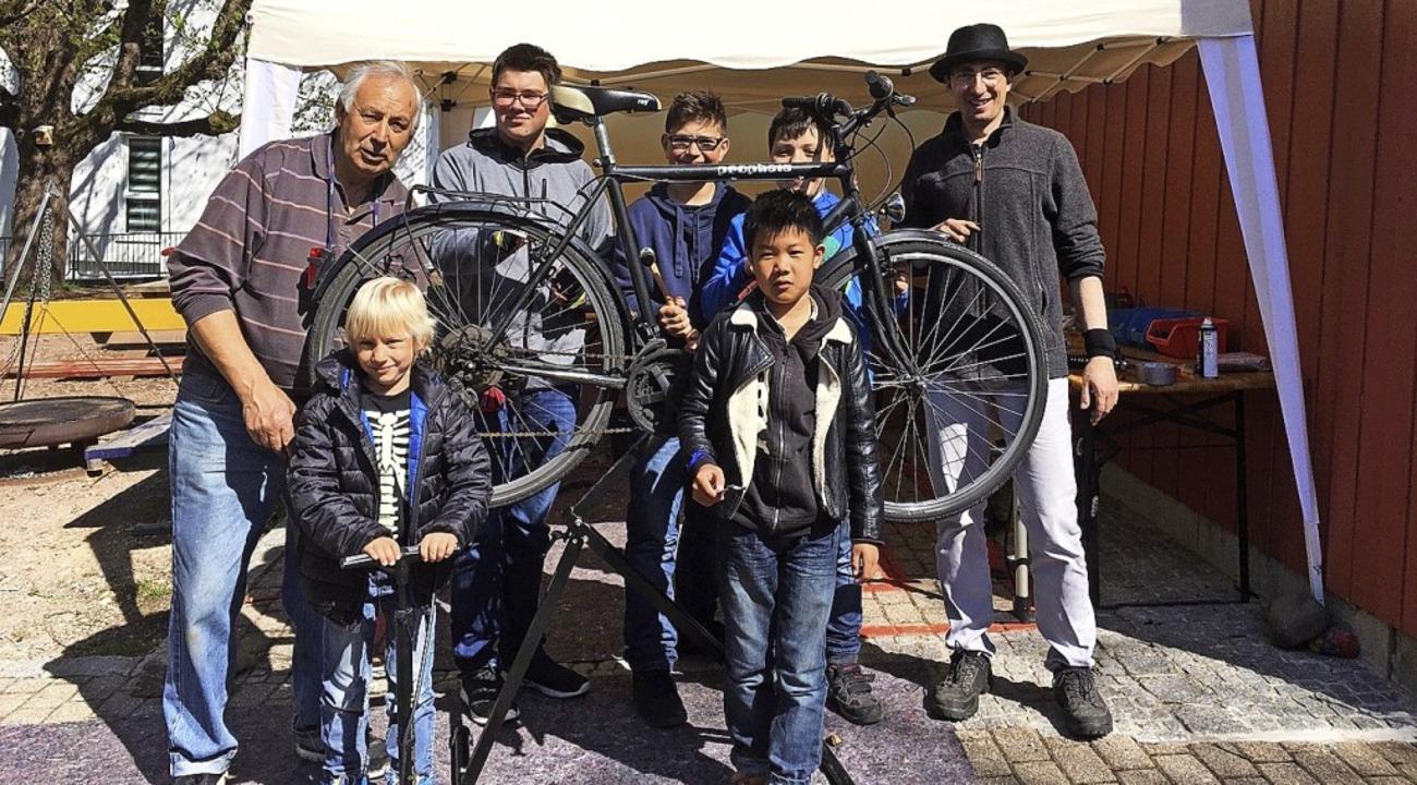 Fahrradwerkstatt beim Dorfstübli: Fran...er Tobias Hohenstatter (ganz rechts).   | Foto: Privat