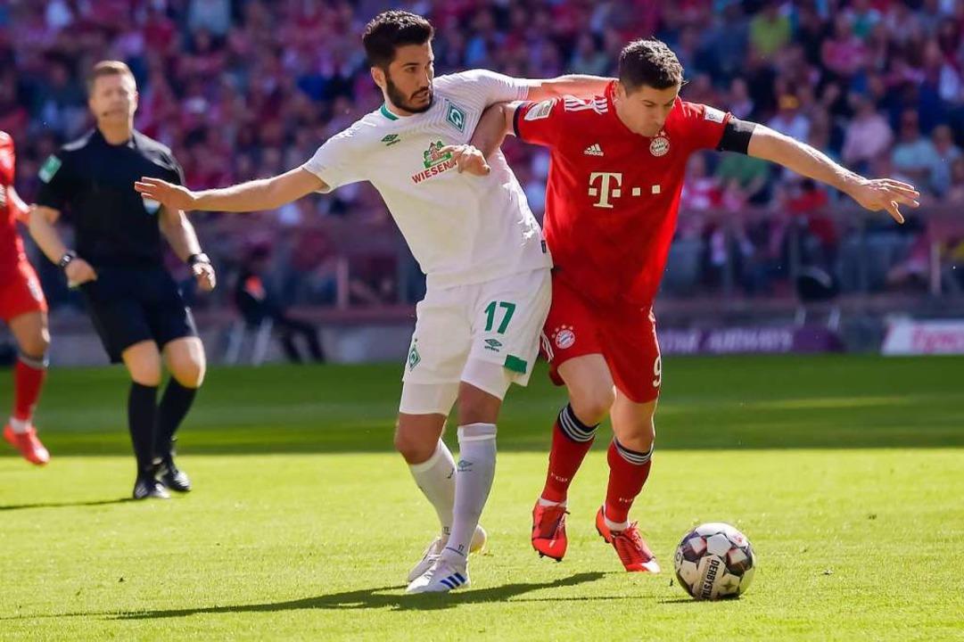 Fürs DFB-Pokalhalbfinale gesperrt: Bre...egen Robert Lewandowski im Liga-Spiel.  | Foto: AFP