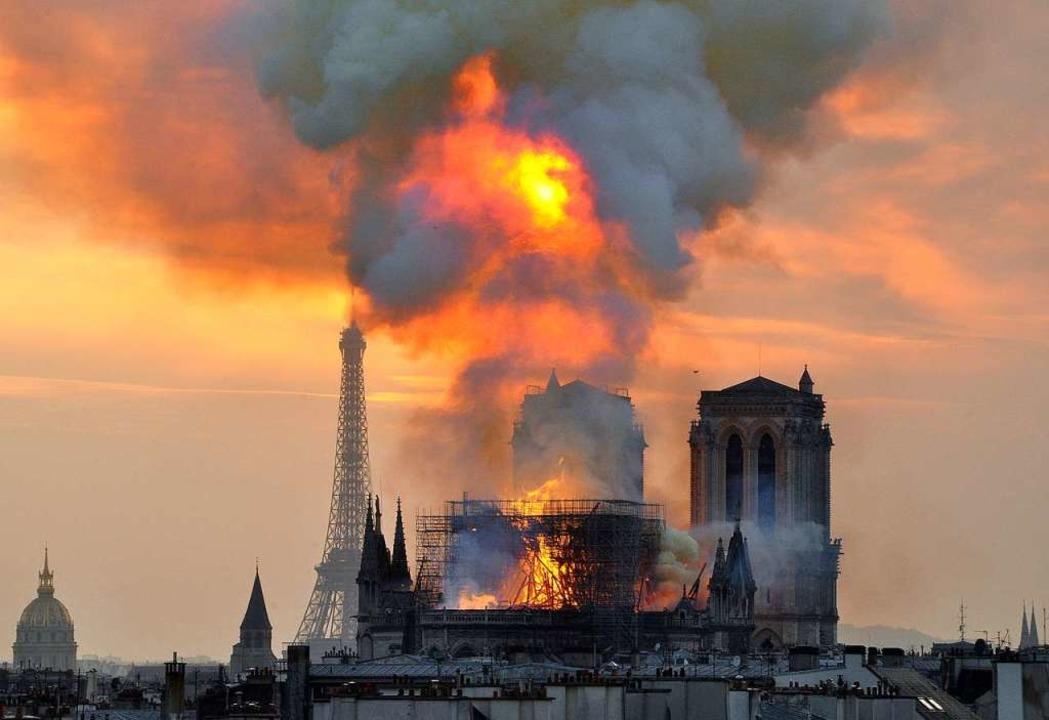 Der Brand von Notre-Dame vom 15. April hat die Menschen weltweit entsetzt.  | Foto: dpa