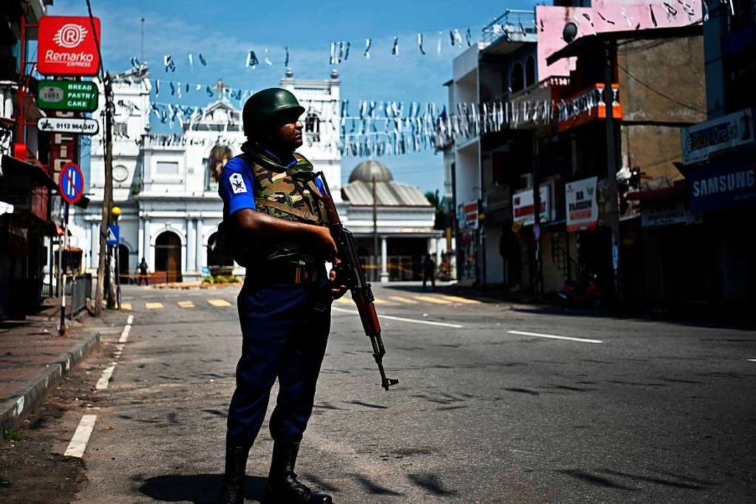 Ein bewaffneter Soldat steht vor einer...en, die vom Terror heimgesucht wurden.  | Foto: AFP