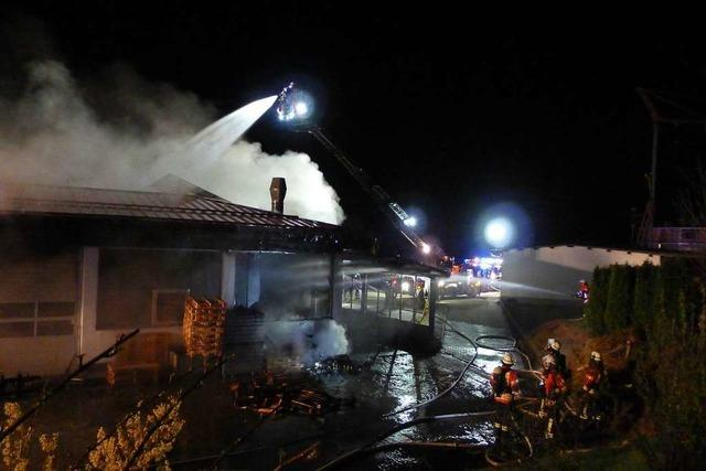 Betriebsgebäude steht in Flammen