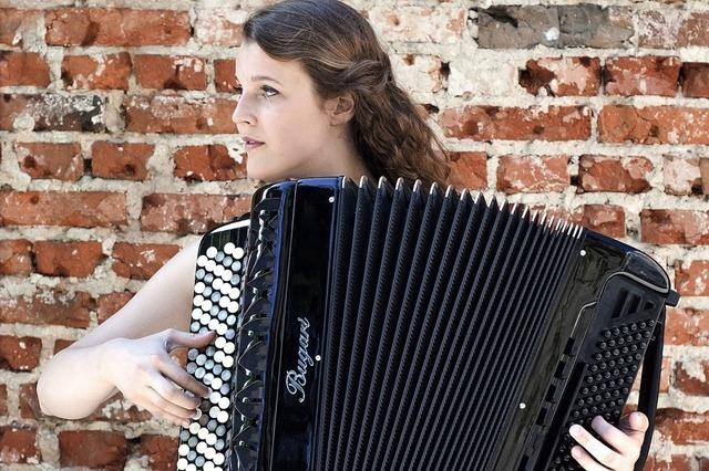 Inga Piwowarska aus Polen spielt klassische Romantik mit dem Akkordeon