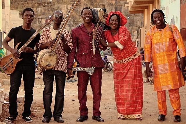 Harouna Samake spielt im Meck in Frick auf dem Saiteninstrument N'Goni.
