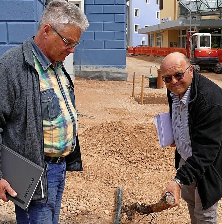 Ein Reststück der eingeölten Stromleitung zeigen Guido Woll und Christof Rösch.  | Foto: Martin Wunderle