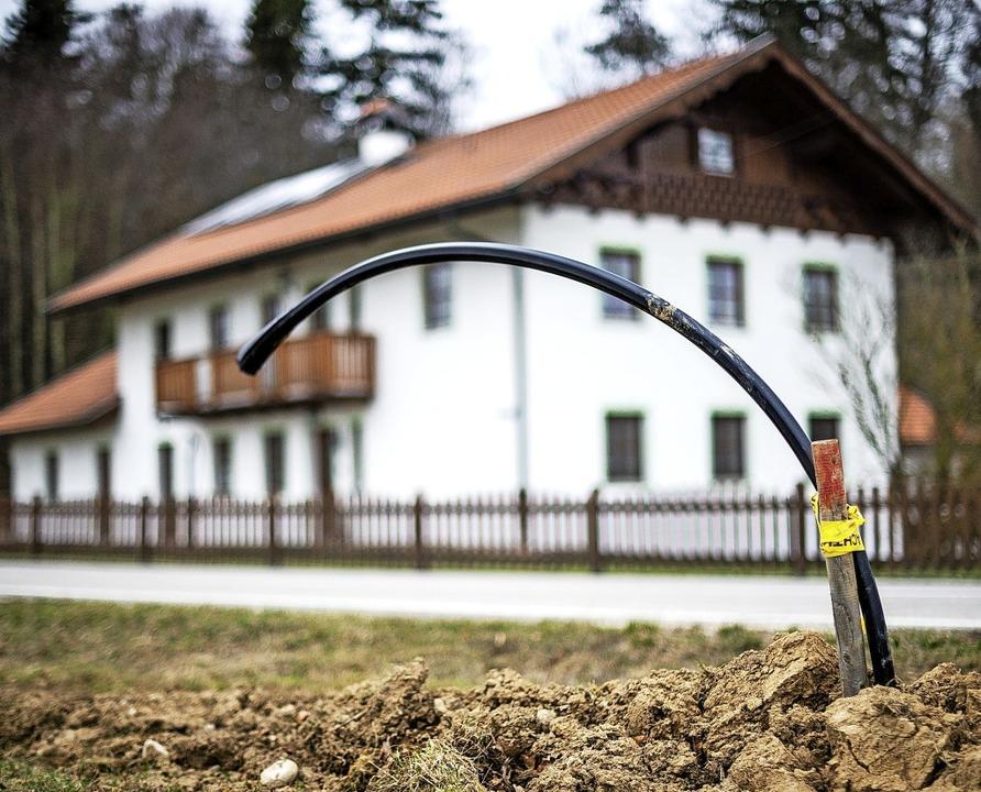 Das schnelle Internet soll auch die Gebäude in den Außenbereichen erreichen.   | Foto: dpa