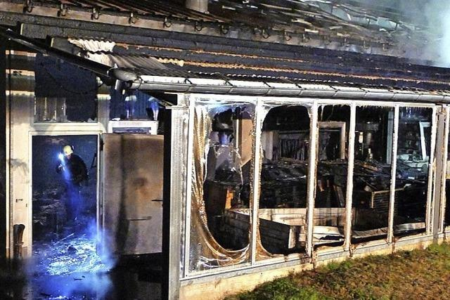 Industriehalle gerät in Brand