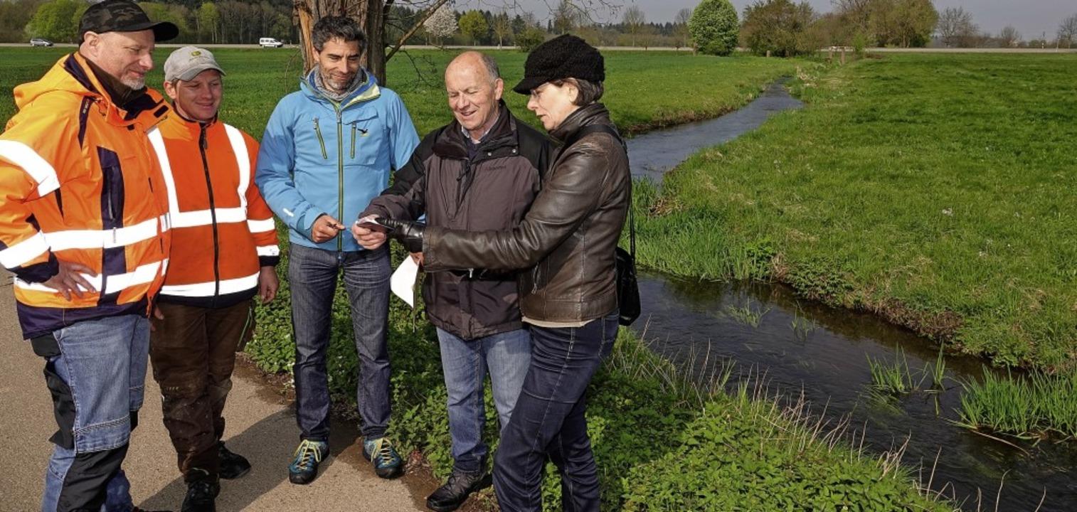 Bei der Gewässerschau mit Experten  ga...lmann und Gewässerökologin Hilde Hipp.  | Foto: Dieter Erggelet