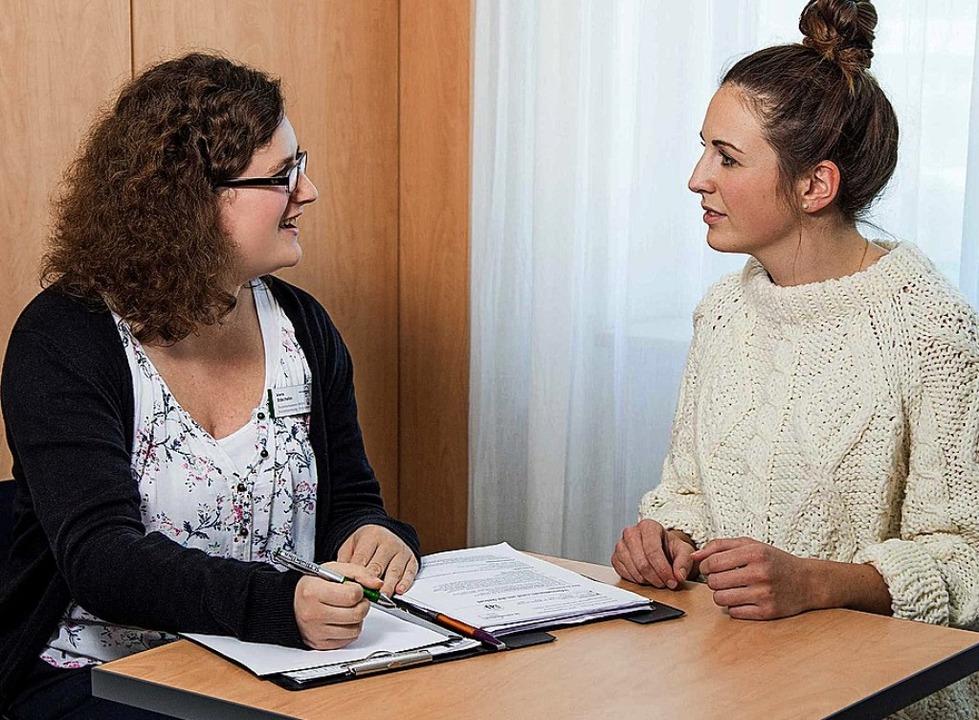Lörracher Babylotsin Vera Stächelin (links) berät eine junge Mutter.   | Foto: Landratsamt