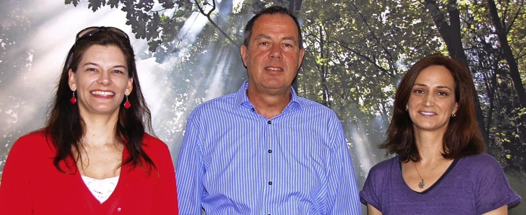 Christine Braun und Bürgermeister Schn... Ilka Bühler (von links) neu im Team.   | Foto: Herbert Frey