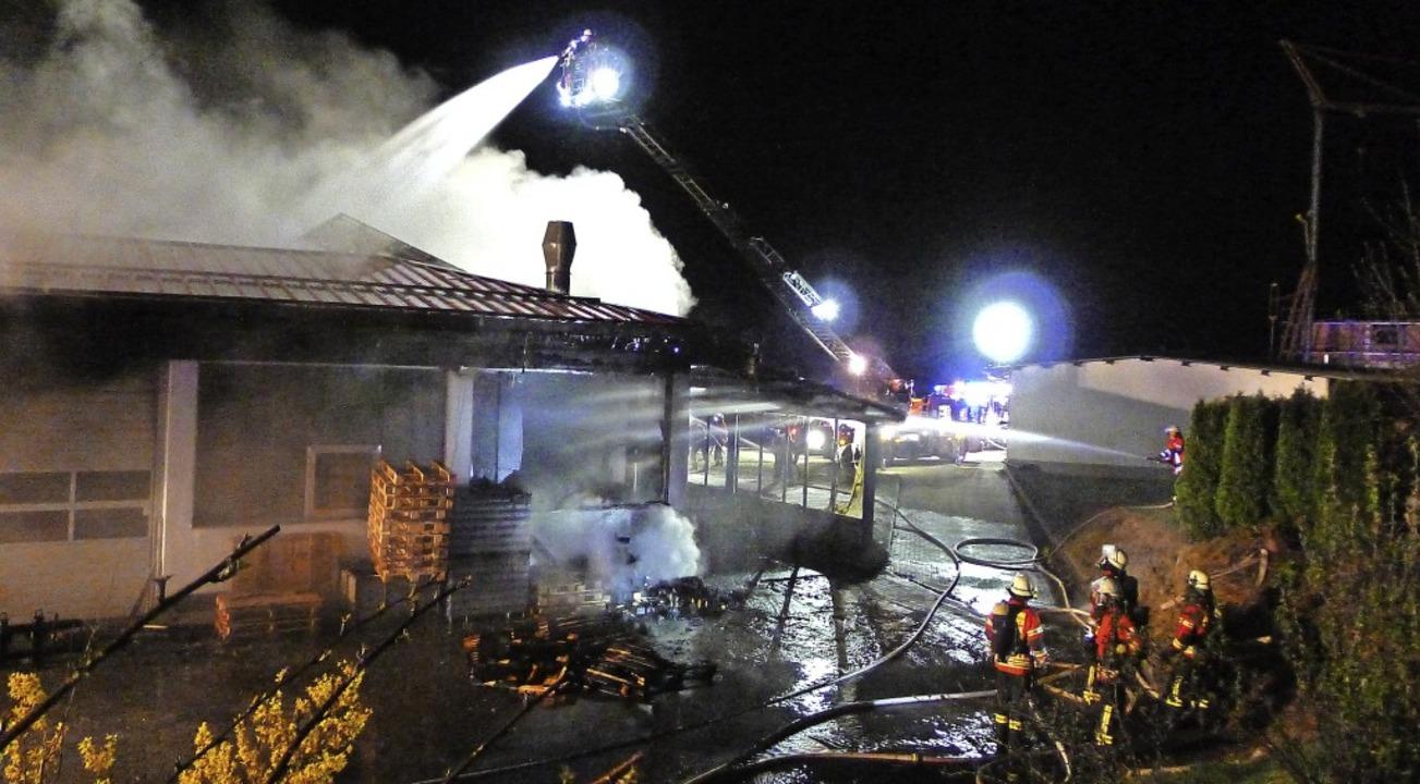 Die Wehren aus Grafenhausen bekämpften...chte das Dach von der Drehleiter aus.   | Foto: Kerstin Heller/FFW Grafenhausen