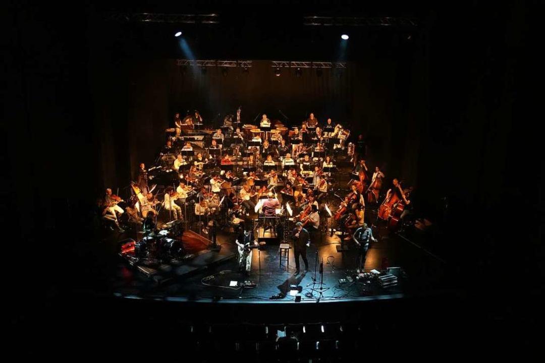 Das Arrangement von Band und Orchester von oben  | Foto: Lukas Karl