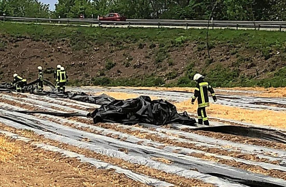 Feuerwehreinsatz im Spargelfeld: Der s...deckplanen auf die nahe Bundesstraße.     Foto: Thilo Haberstroh/Feuerwehr