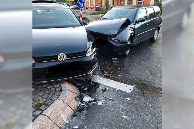 Autos schwer beschädigt