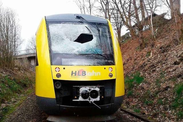 Lokführer steht nach Gullydeckel-Attacke auf Zug selbst unter Tatverdacht