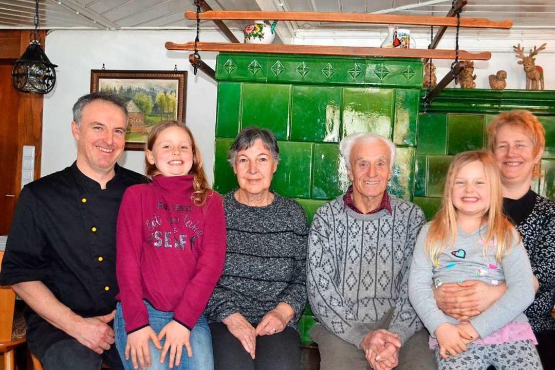 Die Wirtsfamilie Waldvogel, in der Mitte die Seniorwirte Anita und Ernst.  | Foto: Liane Schilling