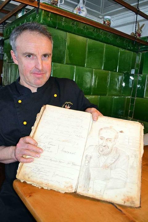 Thomas Waldvogel mit dem alten Gästebu...achbarn, Hans Kistler, gezeichnet hat.  | Foto: Liane Schilling