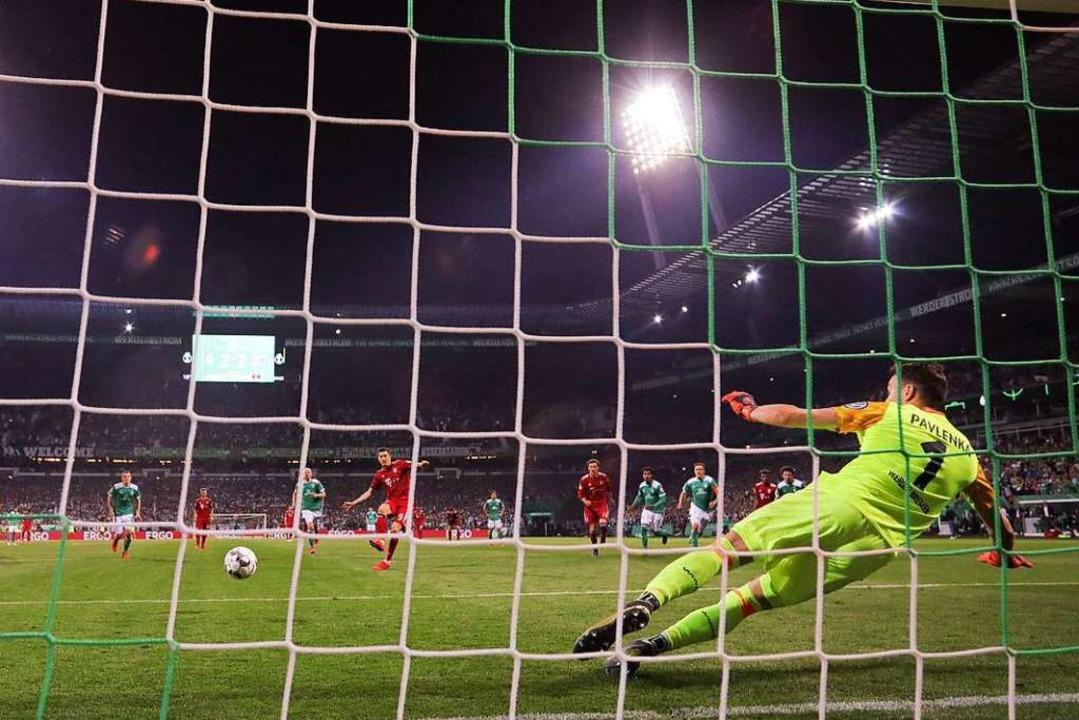 Robert Lewandowski trifft per Elfmeter zum 3:2-Endstand für die Bayern.  | Foto: dpa