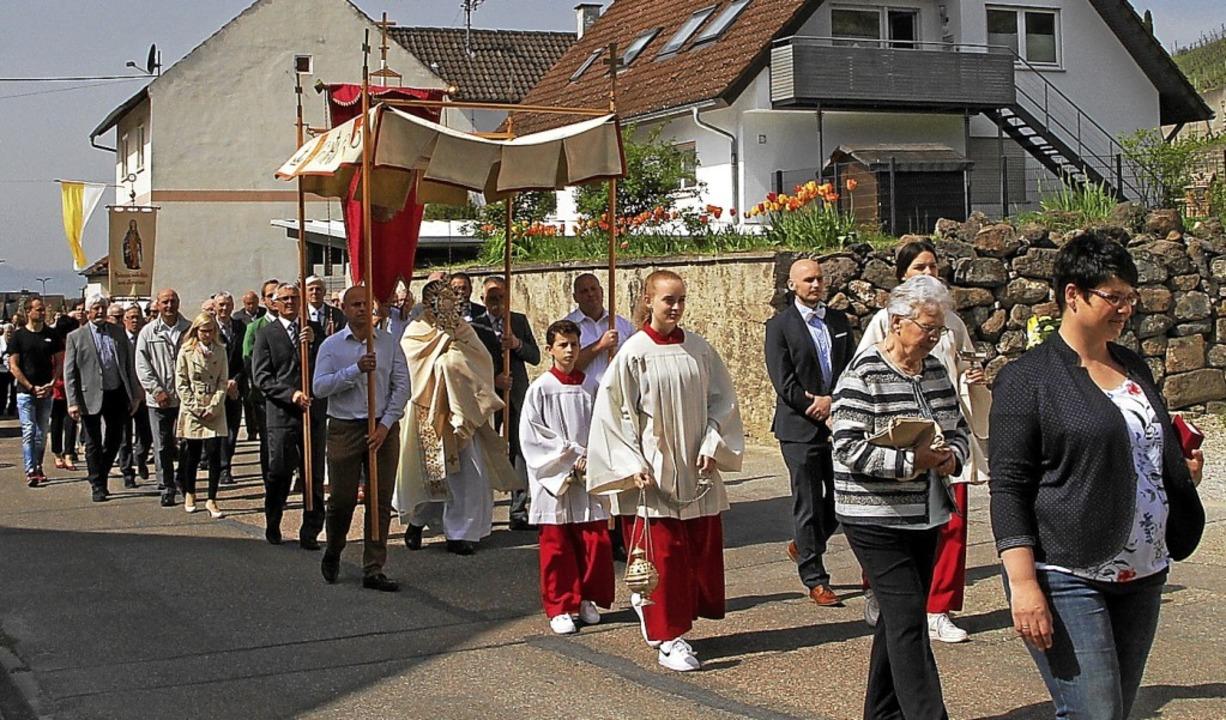 Pfarradministrator Armin Haas trug bei...irchenpatrozinium das Allerheiligste.   | Foto: Herbert Trogus