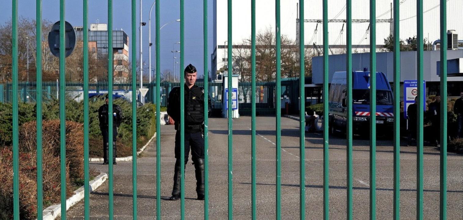 Gut bewacht: das Haupttor des AKW Fessenheim während einer Demonstration   | Foto: dorothee Philipp