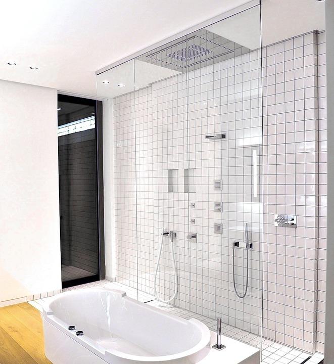 """Die berühmteste Badewanne Deuts...#8211; mit eingelassener Deckenbrause.    Foto:"
