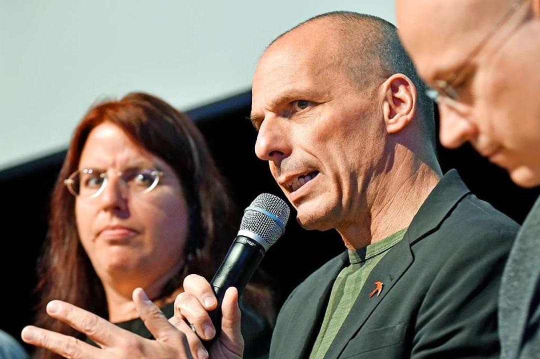 Yanis Varoufakis neben Monika Stein auf dem Podium im Bürgerhaus am Seepark.  | Foto: Michael Bamberger