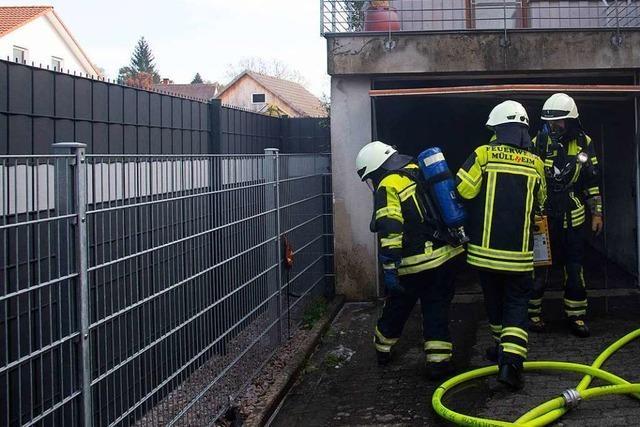 Feuerwehr löscht Garagenbrand in Vögisheim