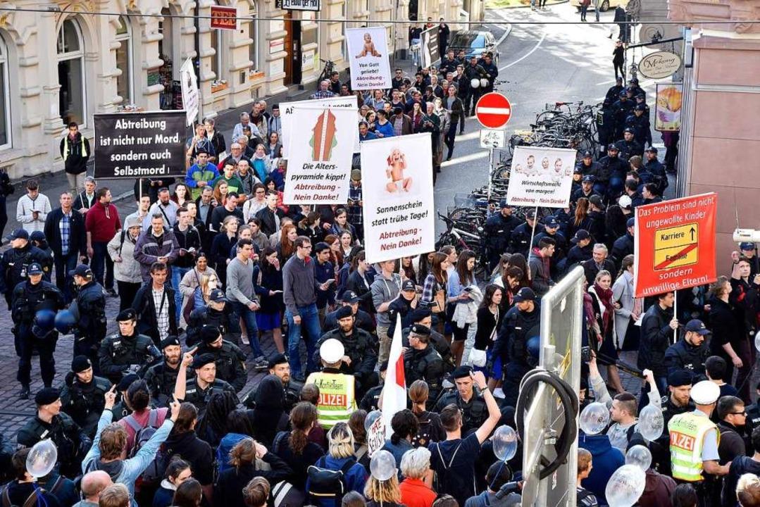 Anhänger der Piusbrüder demonstrieren ...eder in Freiburg auf die Straße gehen.  | Foto: Thomas Kunz