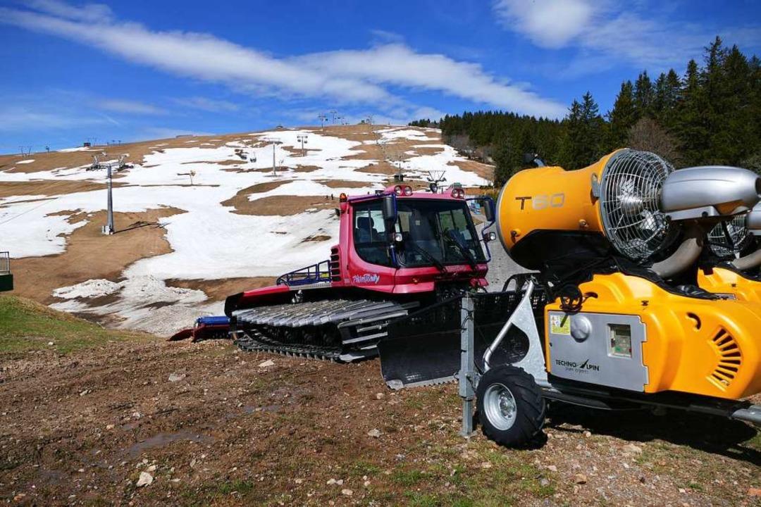 Feierabend für diese Saison: Pistenbully und Schneemaschine.  | Foto: Ralf Morys