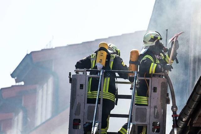 Feuerwehr rettet Familie in Lörrach mit der Drehleiter