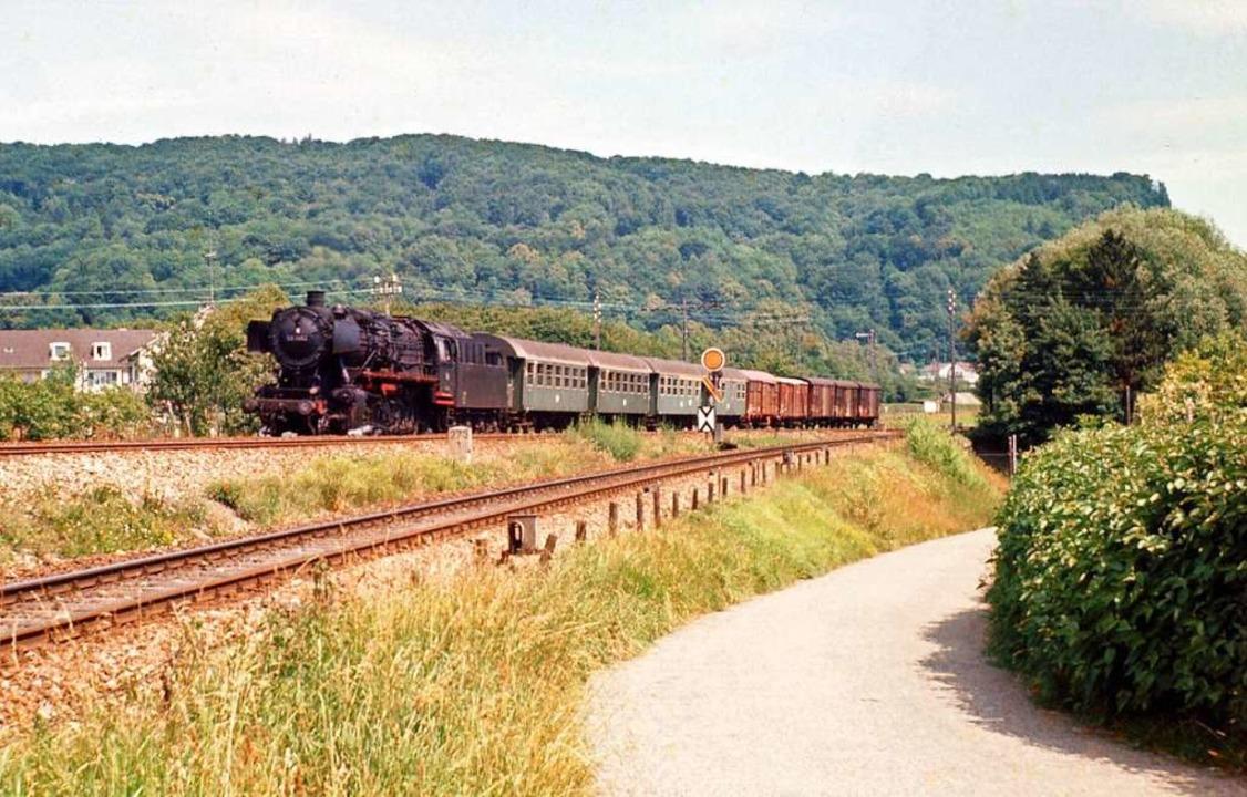 Dieser gemischte Reise-/Güterzug hatte... damaligen Haltepunkt Grenzacher Horn.  | Foto: Rudolf Schulter