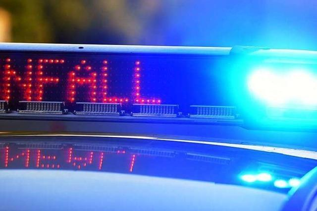 Auto fährt durch Glasscheibe einer Bank – eine Person verletzt