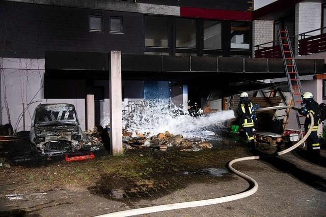 Unbekannte zünden Auto bei früherem Hotel in Auggen-Hach an