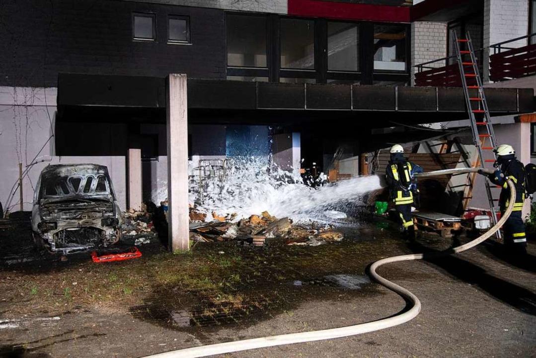 In Brand gesteckt wurde ein Fahrzeug u...auf das Gebäude weitgehend verhindern.  | Foto: Volker Münch