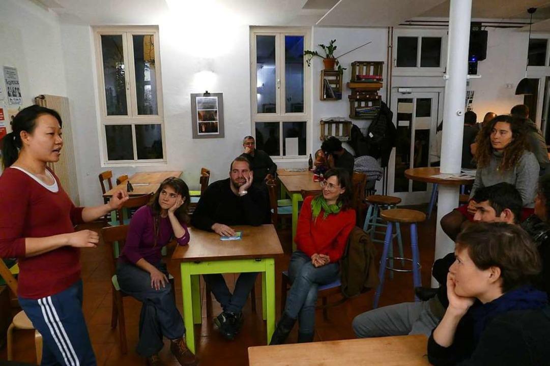Reden, zuhören, staunen und nachfragen: Das Erzählcafé ist offen für alle.  | Foto: Dominik Heißler