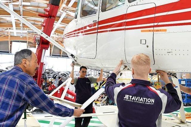Auszubildende von Jet Aviation haben ein altes Flugzeug restauriert