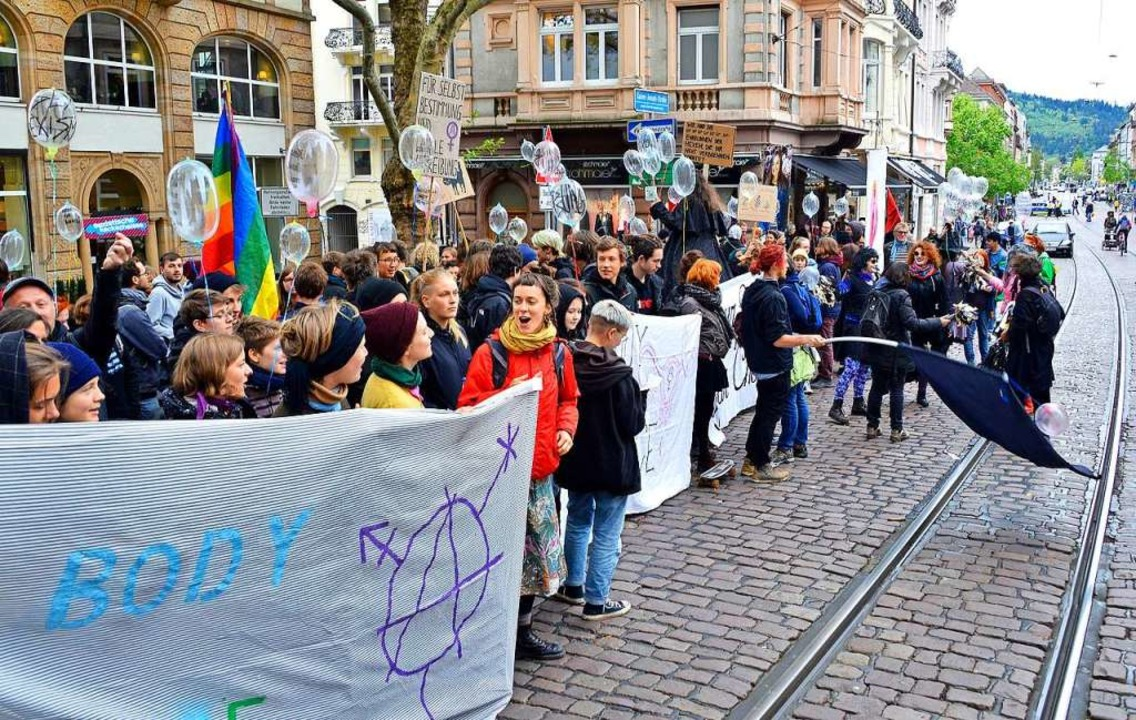Gegendemonstranten vor dem Versammlungsbeginn der Bruderschaft in der Kajo  | Foto: Michael Bamberger