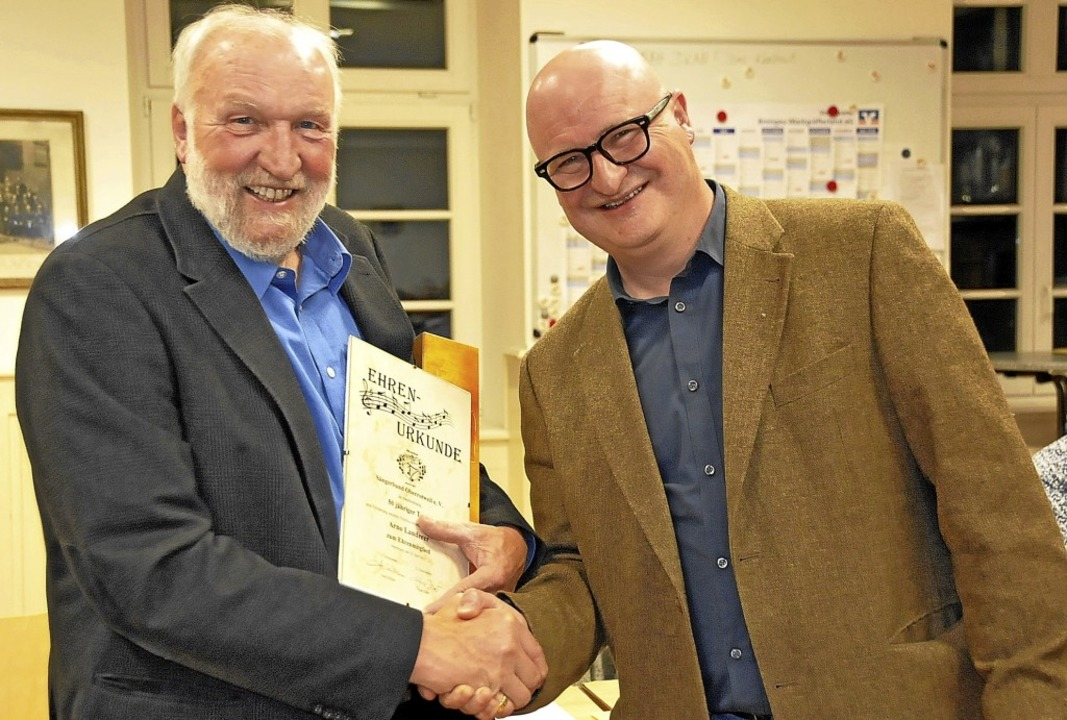 Zum Ehrenmitglied ernannte Axel Killia...m Sängerbund seit 50 Jahren angehört.     Foto: Herbert Trogus