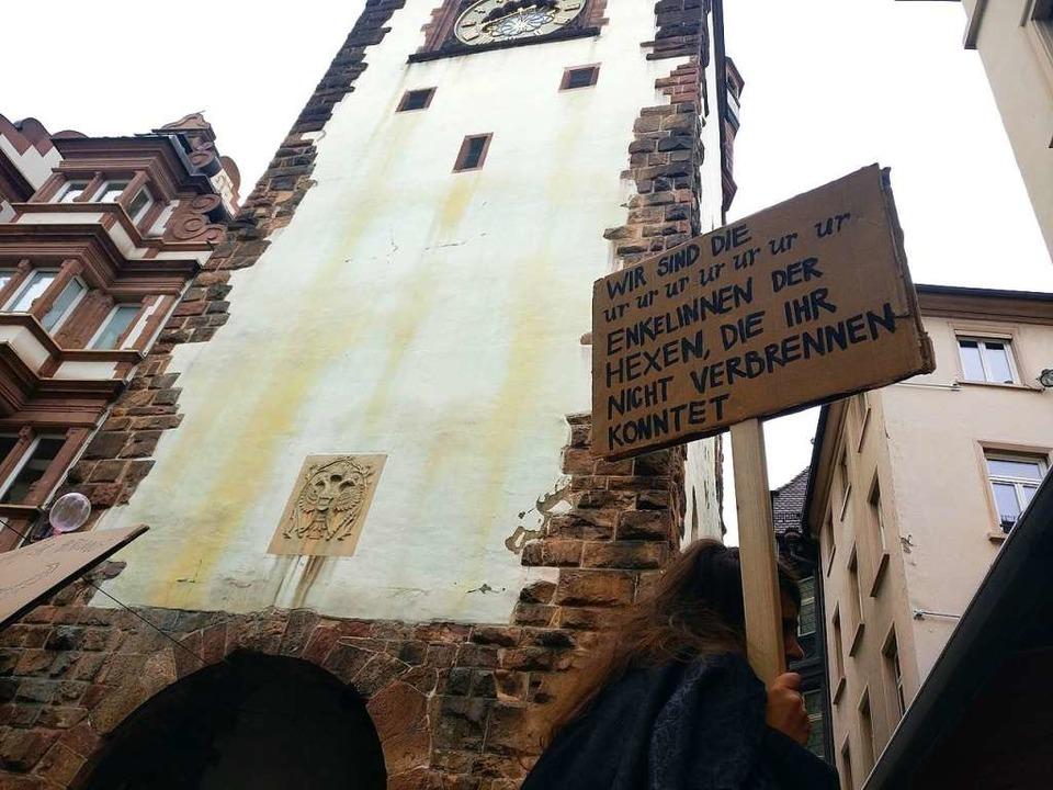 Nun wird auf beiden Seiten des Martinstores an die Hexenverfolgungen erinnert.  | Foto: Manuel Fritsch