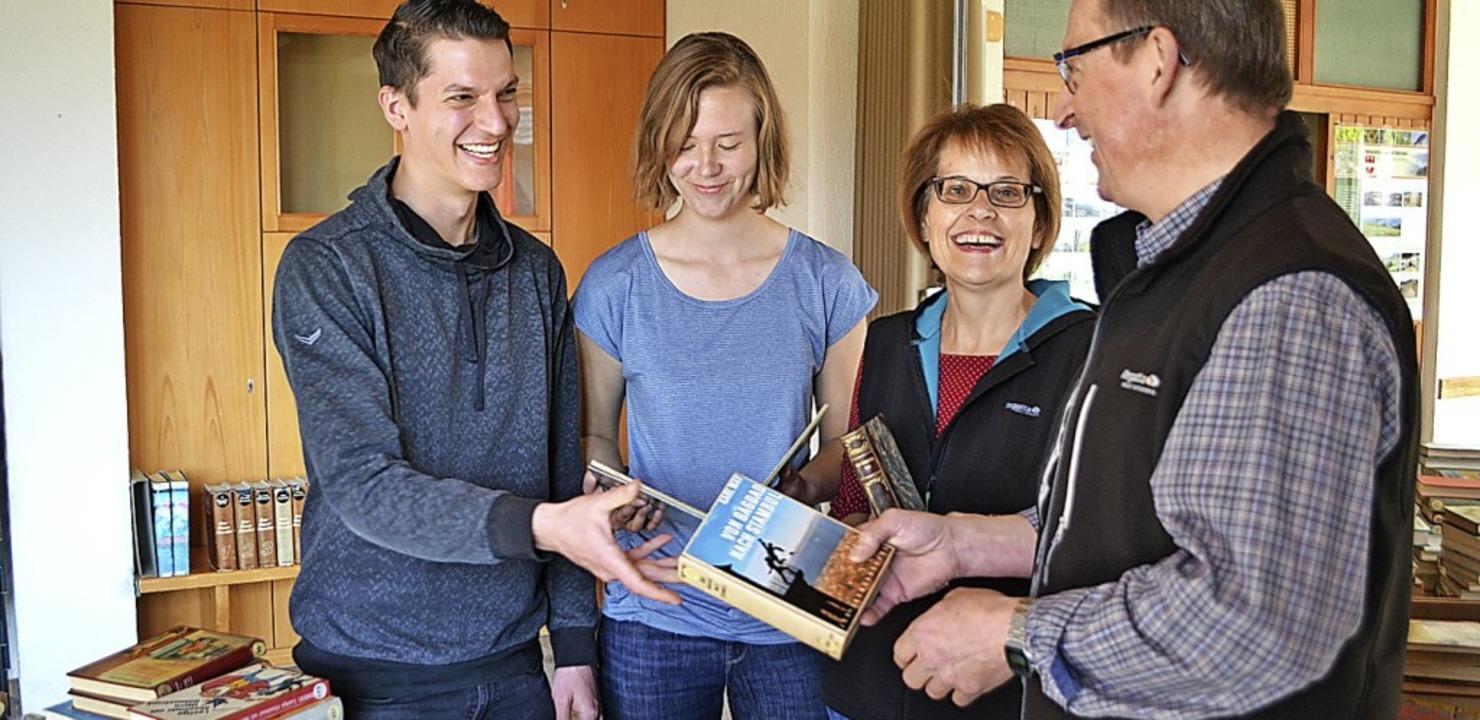 <BZ-FotoAnlauf>Rathaus Schönenberg:</B... Besuchern bei der Ausgabe der Bücher.  | Foto: Paul Berger