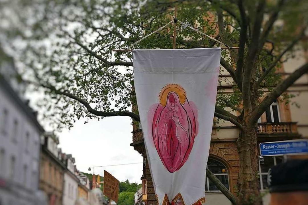 Die Demonstranten halten eine große Va...ft, die an eine Madonna erinnern soll.  | Foto: Manuel Fritsch