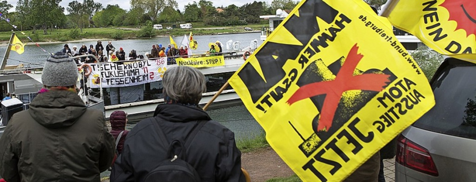 Protest per Ausflugsdampfer  | Foto:  Salzer-Deckert