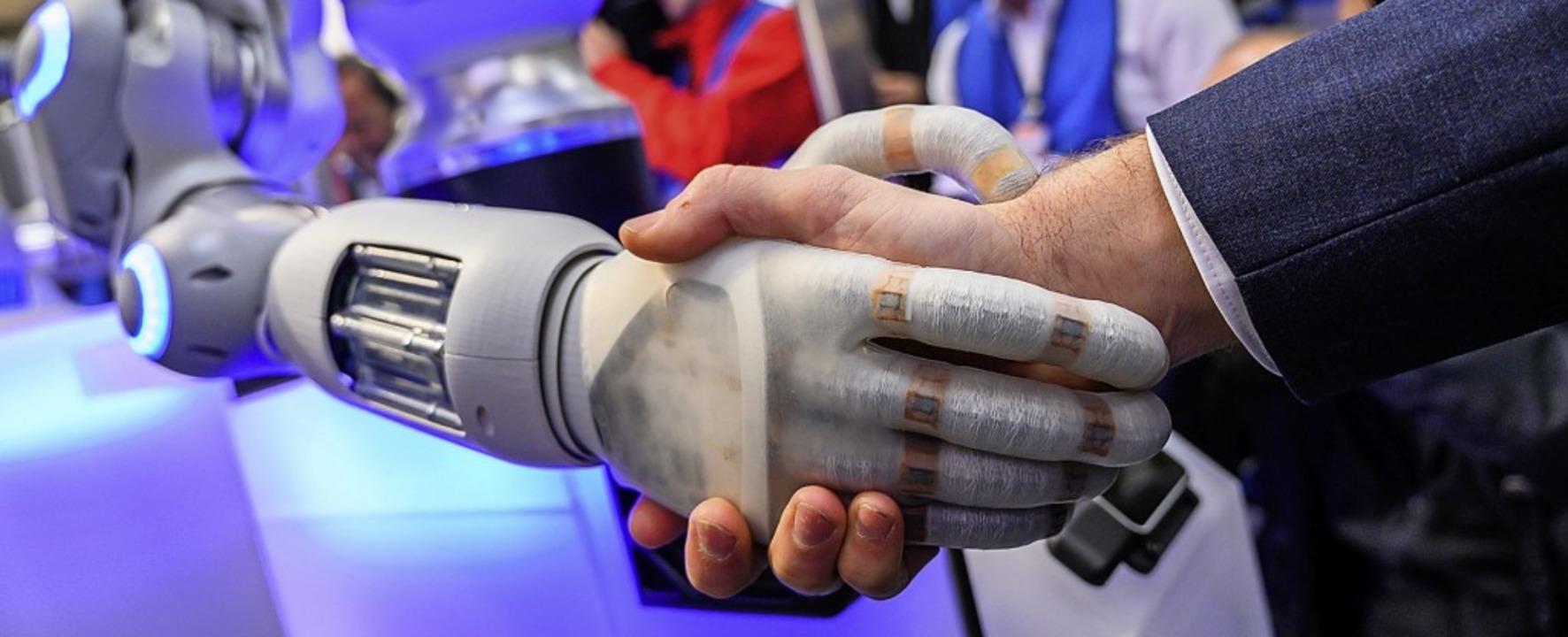 Mensch und Maschine Hand in Hand: Wie ... Digitalisierung in Europa gestaltet?   | Foto:  dpa