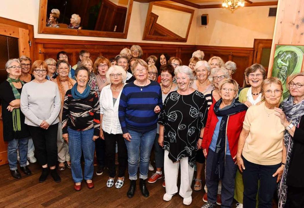 Gründungs-Versammlung der Freiburger G...a) umringt von ihren Mitstreiterinnen.  | Foto: Rita Eggstein